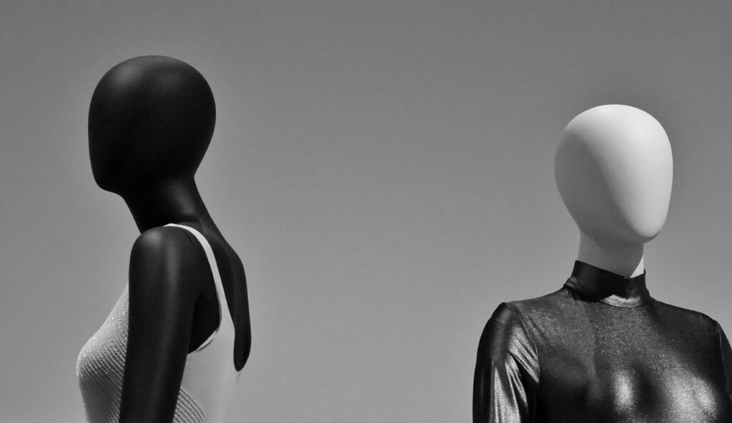 Modelo real y maniquí invisible: ¿Qué es mejor para mis prendas?
